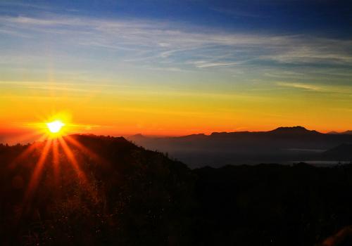 Mặt trời lên bên miệng núi lửa đẹp nhất Indonesia