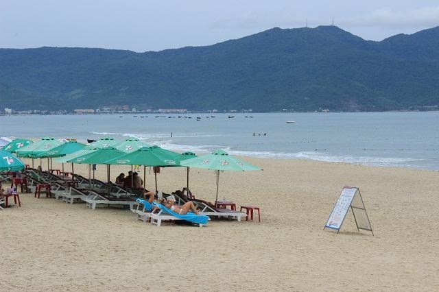 Ngày đầu tiên Đà Nẵng xử phạt hành vi xả rác trên bãi biển