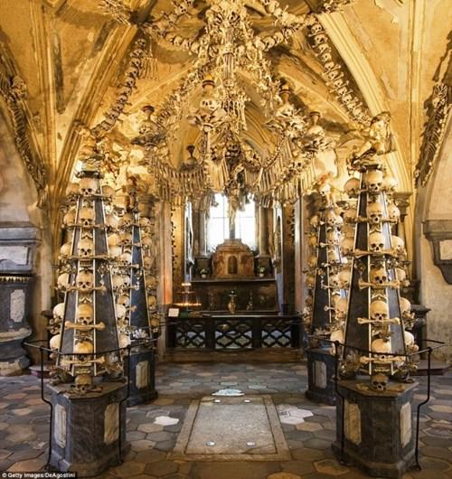 'Nổi gai ốc' với nhà thờ làm từ hàng chục ngàn bộ xương người