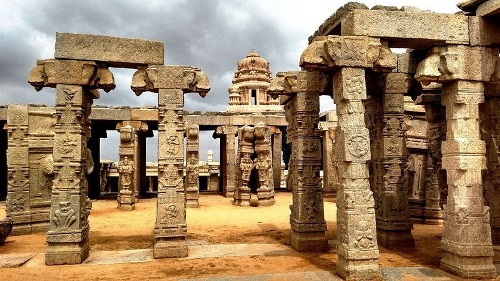 Cây cột treo kỳ lạ ở ngôi đền Ấn Độ