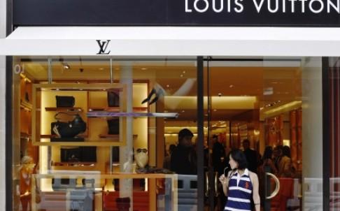 Du khách Trung Quốc dừng mua hàng hiệu vì đợt phá giá tiền