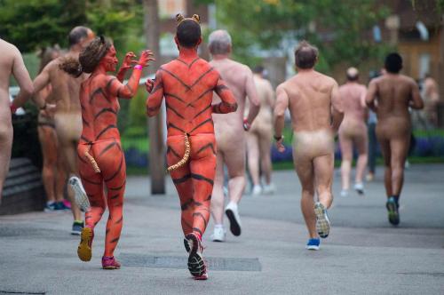 Hàng trăm người chạy đua khỏa thân
