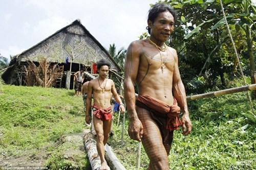 Kỳ lạ bộ tộc mài sắc răng, trang trí nhà bằng hộp sọ