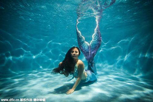 Nàng tiên cá trong bể bơi khách sạn