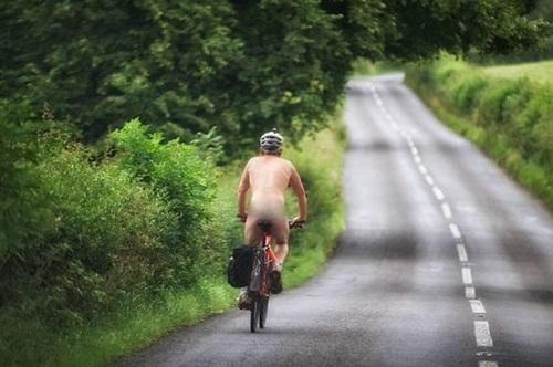 Người đàn ông đạp xe khỏa thân trong buổi sớm