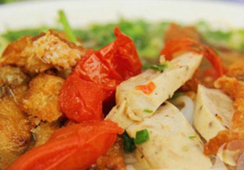 Những món ăn khiến phố Hoàng Cầu đông nghẹt khách