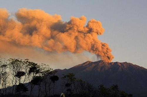 Núi lửa phun tro bụi làm tắc nghẽn hàng không Bali