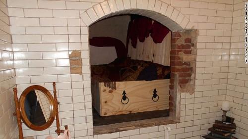 Phòng khách sạn trong hầm mộ của linh mục