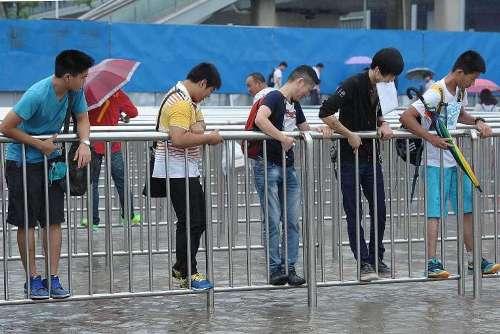 Sân bay Thượng Hải biến thành 'bến cảng' vì mưa lớn