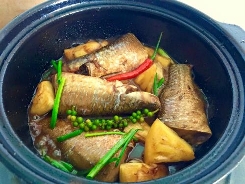 Cơm trắng cá kho tộ cho bữa trưa Sài Gòn