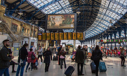 Du khách ngoại tình bị phanh phui tại ga tàu ở Anh