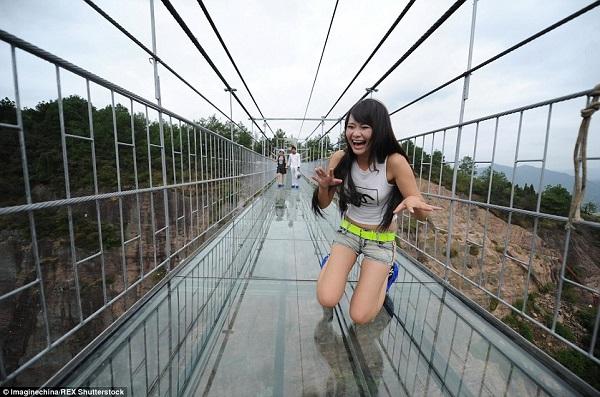 Du khách 'thót tim' khi đi trên cầu treo bằng kính ở Trung Quốc