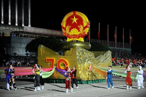Nghi lễ diễu binh tại Hà Nội và bắn pháo hoa ở TP HCM