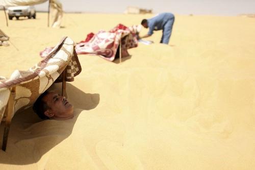Tắm cát trần - bí kíp chữa bất lực của du khách ở Lybia