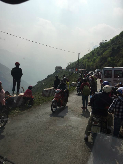 Du khách vất vả tìm phòng, chờ đợi vì tắc đường ở Hà Giang