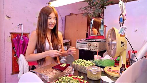 Những 'nàng Tây Thi' bán trầu cau trong lồng kính ở Đài Loan