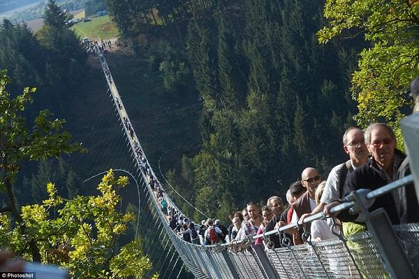 'Nín thở' đi qua cầu treo dài nhất nước Đức
