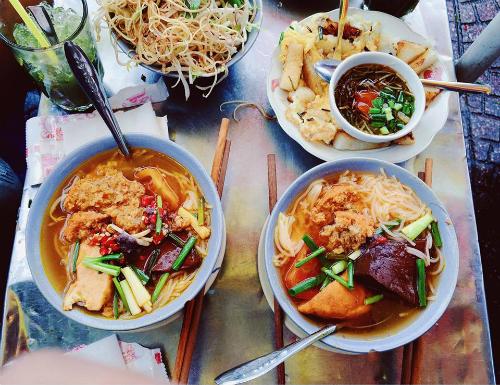 Quán ngon vỉa hè khách nối đuôi xếp hàng ở Sài Gòn
