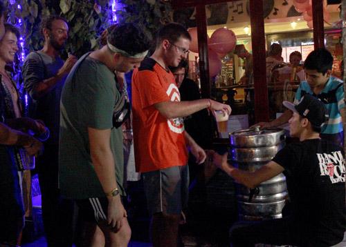 Bia hơi miễn phí cho khách du lịch phố cổ Hà Nội