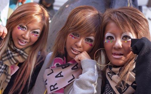 Thời trang mặt đen và lễ hội khỏa thân ở Nhật Bản