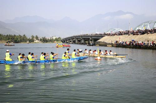 Âm nhạc đường phố và khiêu vũ bên bờ sông Hàn dịp Tết