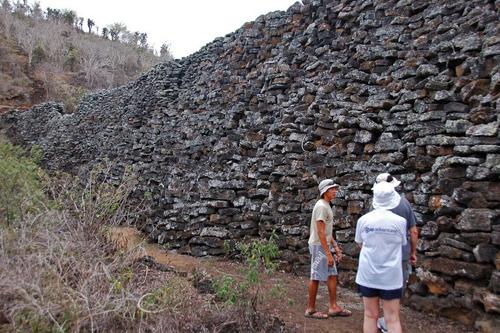 Bức tường xây bằng máu và nước mắt trên quần đảo Galapagos