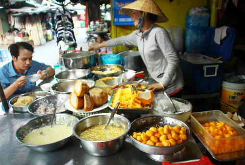 Sạp chè Campuchia độc đáo tại chợ Sài Gòn