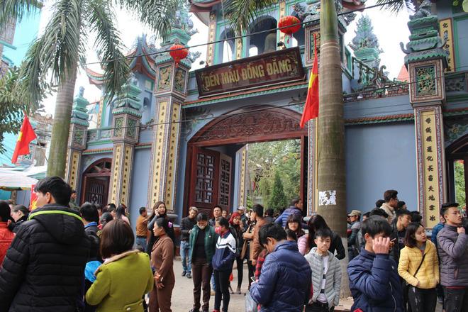 Du khách nườm nượp đến đền Mẫu Đồng Đăng