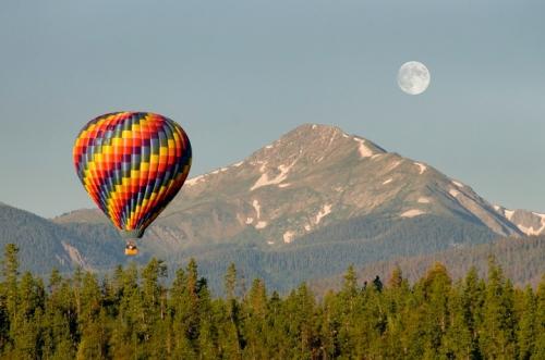 Du khách có thể bay khinh khí cầu ngắm Huế