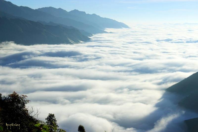 Ngắm biển mây bồng bềnh, hùng vĩ trên đỉnh Tà Xùa