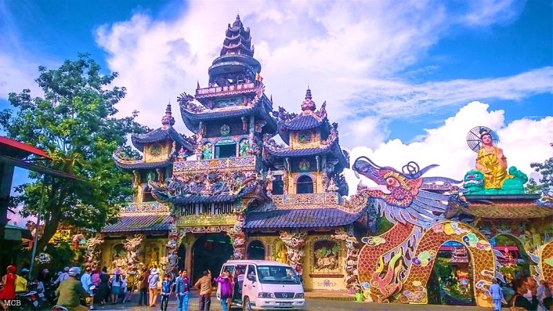 Du xuân, vãng cảnh chùa ở Đà Lạt