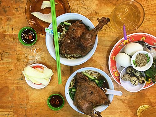 Quán mì vịt tiềm hơn nửa thế kỷ nức tiếng ở Sài Gòn