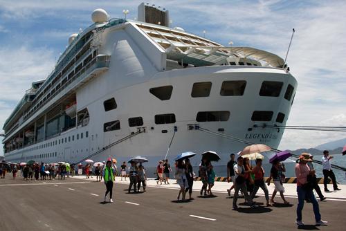 Tàu du lịch đầu tiên cập cảng quốc tế Cam Ranh