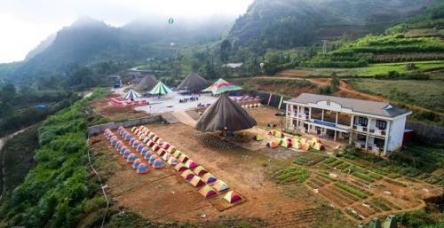 Lều bạt giá 150.000 đồng đối phó quá tải khách ở Hà Giang