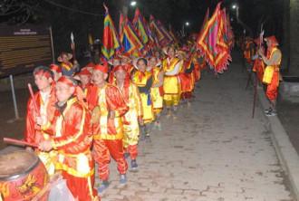 Xếp hàng nhận lương ở đền Trần Thương