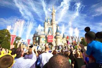 Thuê xếp hàng vào Disney Land giá 1.000 USD