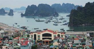 Chiêm ngưỡng vịnh Hạ Long từ tòa nhà cao nhất