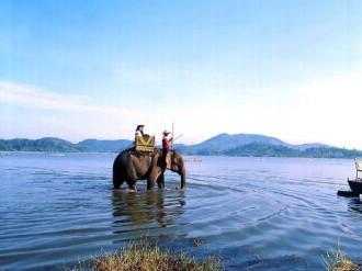 Cưỡi voi dạo chơi hồ Lak