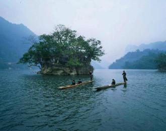 Thuyền độc mộc trôi trên hồ Ba Bể