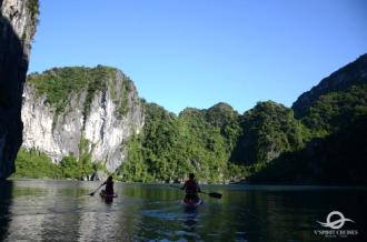 Ngắm phong cảnh vịnh Lan Hạ bằng ván SUP