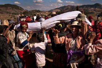 Lễ hội đào bới xác chết ở Madagascar