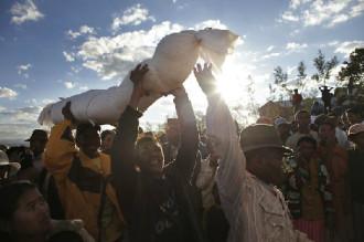 Nhảy múa với xác chết ở Madagascar