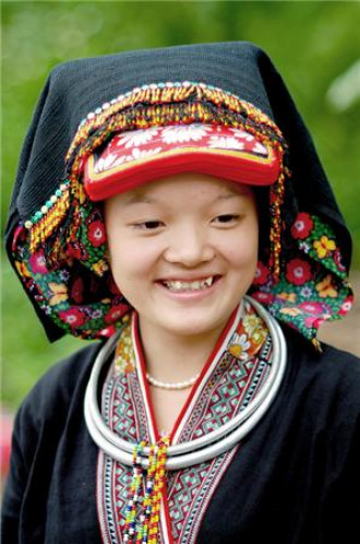 Trang phục tinh tế của phụ nữ Dao Tiền