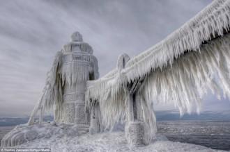 Ngọn hải đăng phủ băng lộng lẫy như phim Hollywood