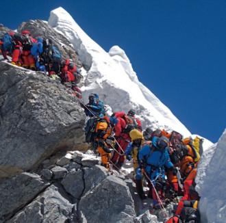 Nepal lắp bậc thang trên đỉnh Everest