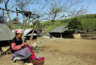 Trang phục rực rỡ của phụ nữ Mông trên cao nguyên