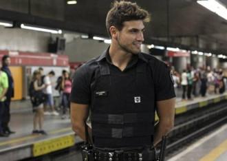 Chàng bảo vệ tàu điện ngầm đẹp trai nhất Brazil