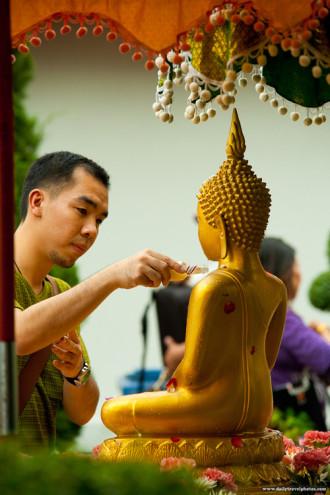Lễ tắm Phật trong ngày Tết té nước ở Thái Lan