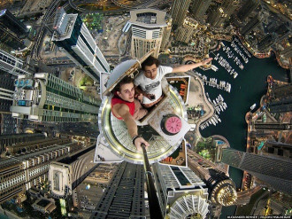 Độc đáo với chùm ảnh chụp 'tự sướng' trên những tòa nhà chọc trời ở Dubai