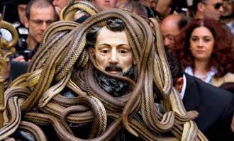 Lễ hội rước rắn rùng mình ở Italy